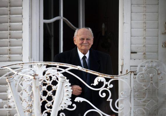 2012. február 10-én Göncz Árpád házának teraszán áll, és hallgatja a 90. születésnapja alkalmából adott szerenádot a budapesti Vérhalom téren.