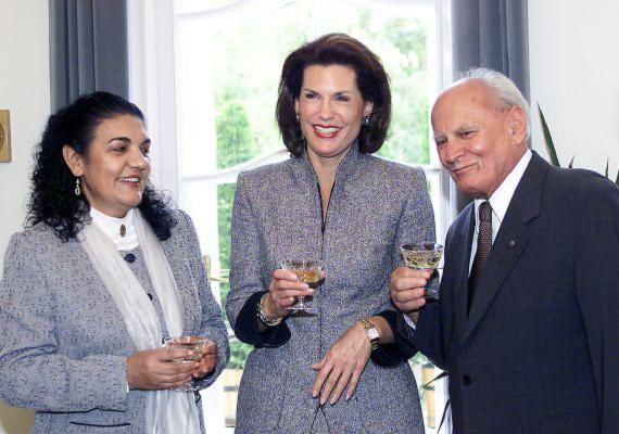 2002. szeptember 17-én vette át Daróczi Ágnes etnográfus, újságíró - balra - a Göncz Árpádról elnevezett díjat a volt államfő rezidenciáján. A Göncz Árpád tiszteletére alapított elismerést az Amerikai Egyesült Államok kormánya évente egy alkalommal adományozza olyan magyar személyiségnek, aki kiemelkedő teljesítményt nyújtott a demokrácia és az emberi jogok érvényesítésében. A képen Daróczi Ágnes és Göncz Árpád között Nancy Goodman Brinker, az USA akkori budapesti nagykövete áll.
