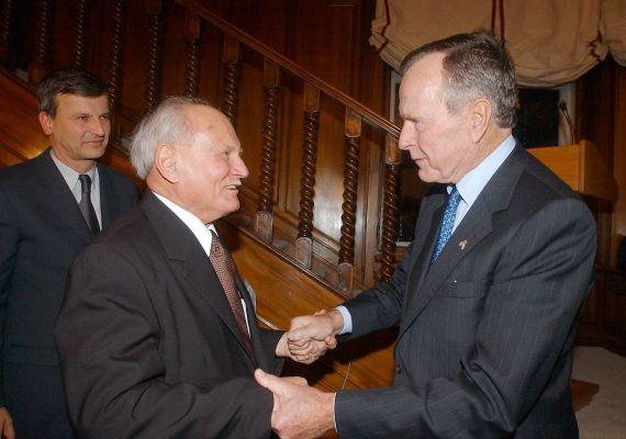 George Bush, az Amerikai Egyesült Államok volt elnöke 2001. november 26-án találkozott az akkor már leköszönt Göncz Árpáddal. A háttérben Demszky Gábor, az akkori budapesti főpolgármester áll.