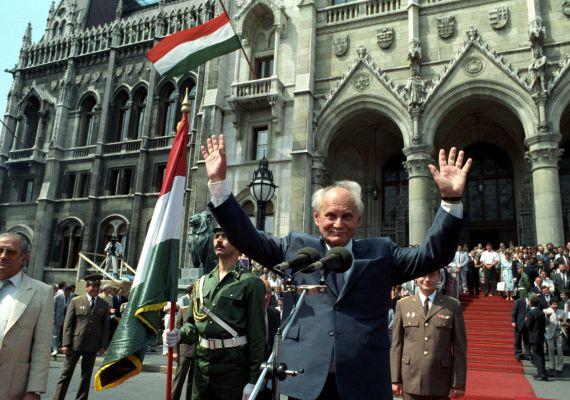 A Magyar Köztársaság Országgyűlése 1990. augusztus 3-án választotta meg köztársasági elnökké. Göncz Árpád a Kossuth téri ünnepségen megjelenteket köszönti.