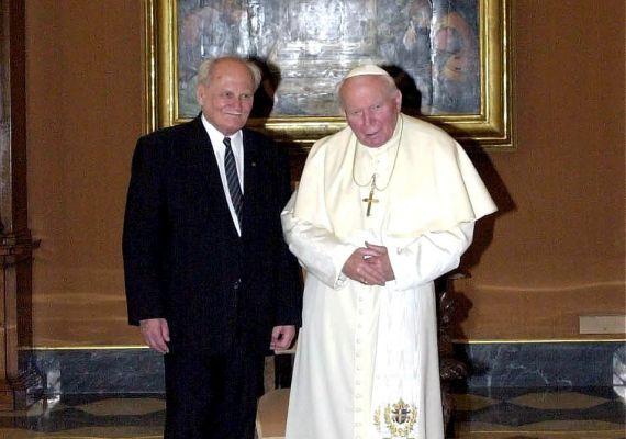 Göncz Árpádot II. János Pál pápa audiencián fogadta, amikor a köztársasági elnök 2000. február 21-én Olaszországba utazott.