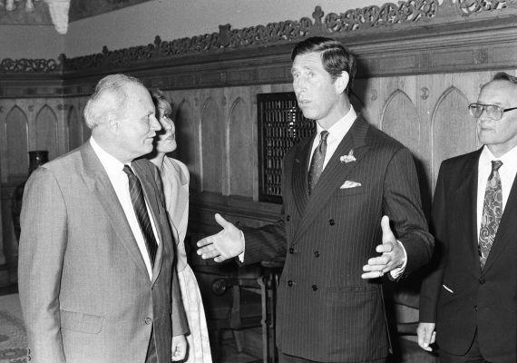 1990. május 7-én Károly herceg brit trónörökös hivatalos látogatáson járt Magyarországon, ekkor találkozott a ParlamentbenGöncz Árpáddal - aki akkor még csak ideiglenes köztársasági elnöke volt a Magyar Köztársaságnak.
