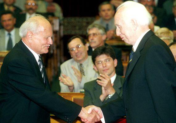 2000. június 6-án az Országgyűlés Mádl Ferenc akadémikust választotta aMagyar Köztársaság új elnökévé. A leköszönő köztársasági elnök gratulál utódjának.