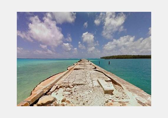 Régi móló a Midway-szigeteken, előtte a Csendes-óceán.