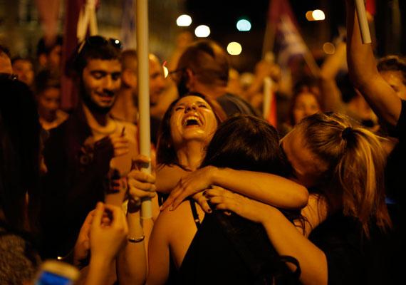 Tömeg ünnepelte a nemek nagyarányú győzelmét késő este az athéni Szintagma téren. Szakértők szerint sok fiatal szavazott nemmel, mivel nekik alig van veszítenivalójuk, ha az eddigihez képest egészen más gazdaságpolitika jön. A fiatalok több mint fele például munkanélküli.