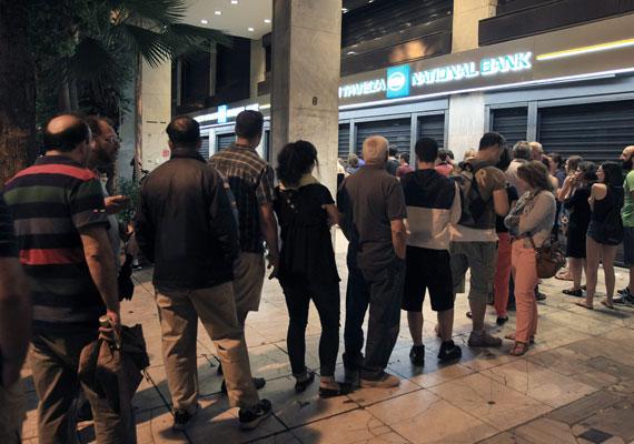Hosszú sorok kígyóztak a bankfiókok előtt, ahol megrohamozták az automatákat. Nem tudni, mi lesz ma vagy holnap, ezért sokan készülnek készpénzzel átvészelni a következő napokat. A turistáknak is azt javasolják, hogy minél több készpénz legyen náluk.