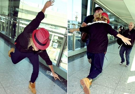 Cara már az érkezéskor is jó hangulatban volt: a repülőtéren cigánykereket hányt, és szórakoztatta a fotósokat.