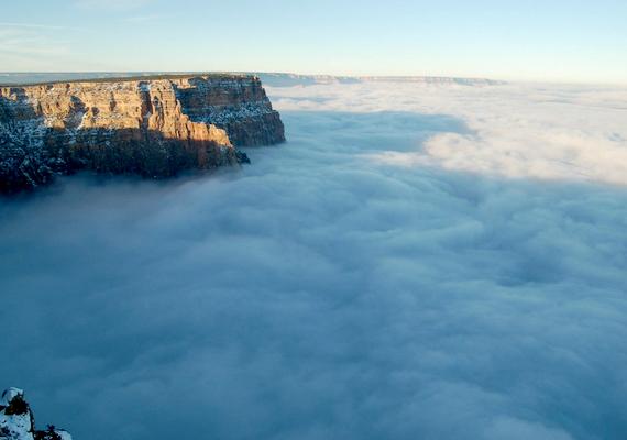 Most azonban egy meteorológiai jelenség, az inverzió hatására az egész területet sűrű, fehér köd lepte el.