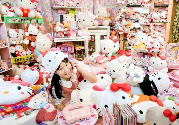 Asako Kanda 4519 különböző Hello Kitty-figurára tett már szert, például serpenyő, ventilátor és WC-ülőke is található a gyűjteményében.