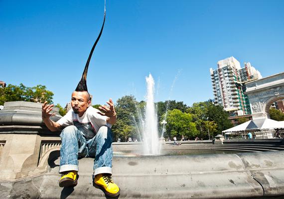 Kazuhiro Watanabe büszkélkedhet a világ leghosszabb mohikán stílusú hajfazonjával, ami 113,5 centiméter.