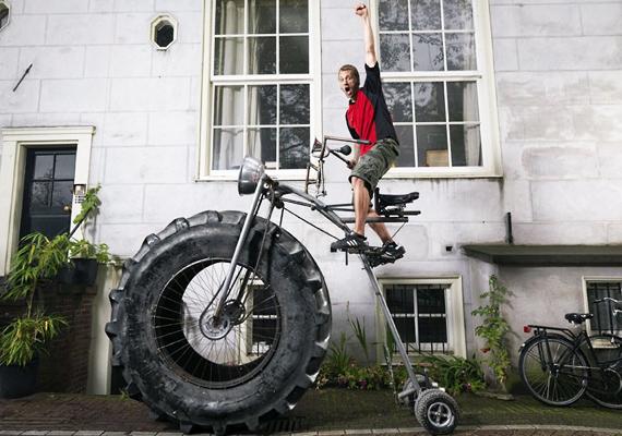 Íme, minden idők legnagyobb kerékpárja, ami 20-szor nagyobb, mint egy átlagos bicikli. A z építmény Wouter van den Bosch keze munkáját dicséri.
