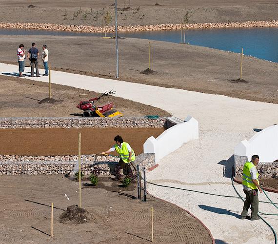 Az utolsó simításokat végzik a devecseri emlékparkban, amelyet a vörösiszap-katasztrófa után elbontott 270 lakóház helyén létesítettek.