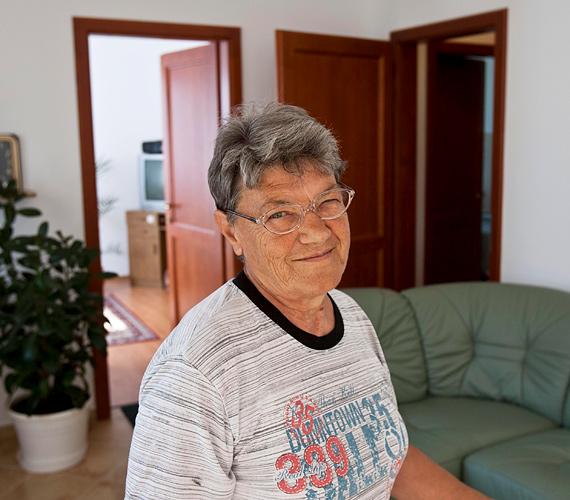 Horváth Vilmosné a település határában lévő lakóparkban megépült új lakása nappalijában.