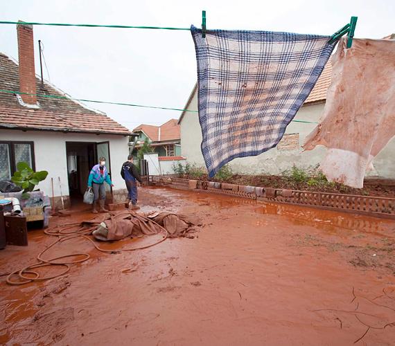A vörösiszap-katasztrófa sújtotta Devecser egyik épülete tavaly október 5-én.