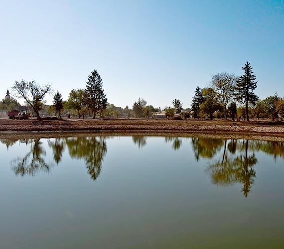 A bontás után az épület helyén kialakított mesterséges tó.
