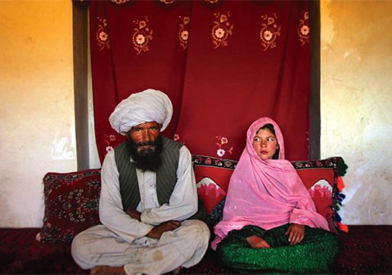 A gyerekházasság megfosztja a gyerekeket a tanulás lehetőségétől, az egészségüktől, valamint a hosszú távú tervektől, és a legtöbbüknek mérhetetlen szenvedést okoz..