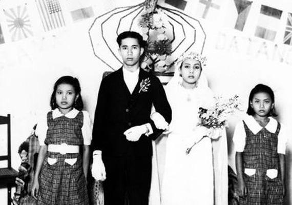 A képen egy fiatal indonéz pár látható 1939-ből az esküvőjüket követően. A házas tizenéves lányok sokkal nagyobb arányban ki vannak téve a családon belüli erőszaknak, a társadalmi elszigeteltségnek, valamint a szexuális erőszaknak.