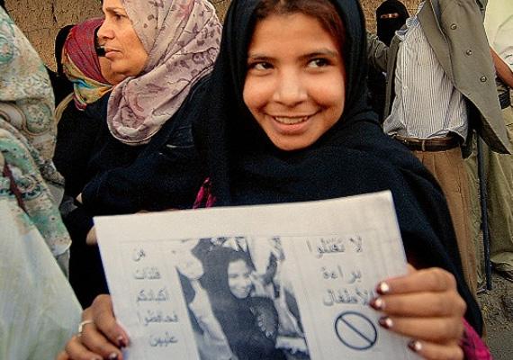 Felmérések szerint ennyire fiatalon szülni például a születendő gyermek alacsony születési súlyát, alultápláltságot és késői fizikai és mentális fejlődést jelent, de a fiatal anyuka akár bele is halhat a szülésbe, hiszen a szervezete nincs felkészülve rá. A képen Nodzsúd, a jemeni kislány látható, aki kiharcolta, hogy elválhasson 8 évesen 28 éves férjétől.