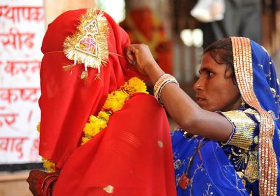 Habár Indiában törvény tiltja, hogy a lányok 18 éves, a fiúk pedig 21 éves koruknál korábban házasodjanak, a gyerekházasság szokása rengeteg indiai faluban megmaradt.