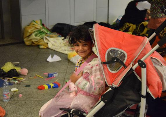 Nemcsak az alapvető élelmiszereknek vagy a higiéniás csomagoknak örülnek a menekültek. Sok önkéntes játékot, édességet vitt a menekült gyerekeknek, nekik ez is létfontosságú.