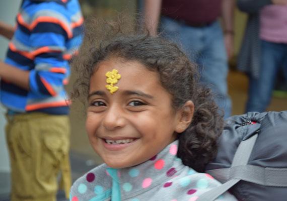 Az előbbi példa ragadó volt, ez a kislány is a homlokára ragasztotta a virágot.