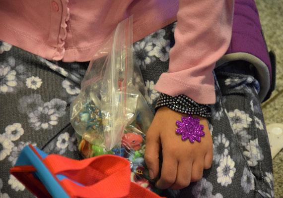 Olyan egyszerű ajándéknak is nagyon örültek a gyerekek, mint egy matrica. A hosszú vándorút alatt ennyi játék se sokszor jut nekik.