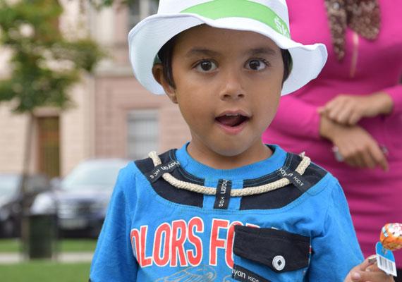 Édesség és kalap, mindkettő nagy kincs. Sok menekült kisgyerek papírral együtt vette szájába a nyalókát, a legkisebbeknek eddig esélyük sem volt ilyet látni, ők már a háborúba születtek bele.