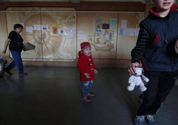 Mariupol jelenleg viszonylag mentes a harcoktól, így sokan az itteni ideiglenes táborba jönnek első lépésként, amikor menekülésre adják a fejüket.
