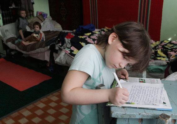 Kislány tanul egy mariupoli menekültszállón.