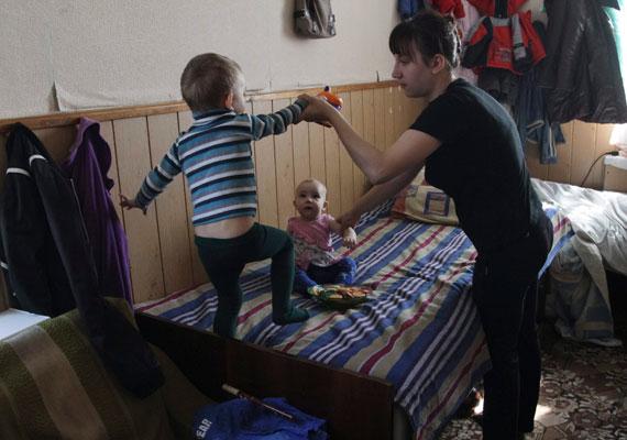 A menekülő családoknak egy kis szobában kell meghúzniuk magukat Mariupolban.