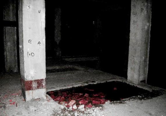 Sötét helyiségek és romos környezet.