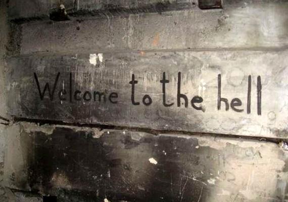 A falakon ehhez hasonló bizarr firkák találhatók: üdvözlet a pokolban.