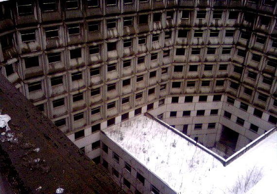 Rengeteg ablak és nagy falak: a kórház 11 emeletes.