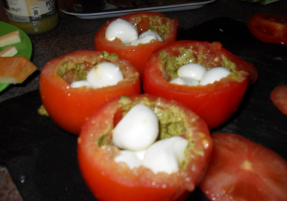 ... zöld pestóval kikenjük, és belerakjuk a kis mozzarellagolyókat.