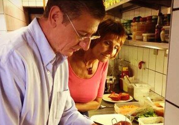 A készülő szakácskönyv miatt Lendvai Ildikó is megfordult a DK-elnök Gyurcsány konyhájában.