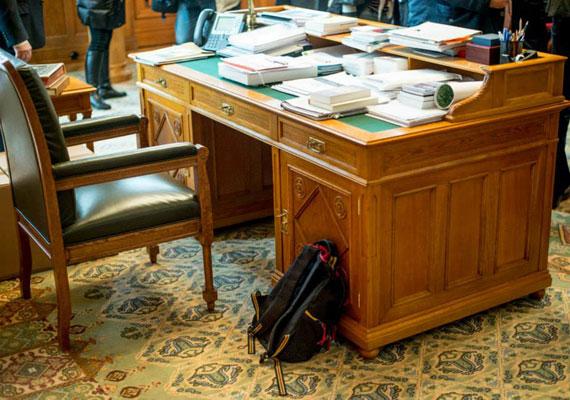 Orbán Viktor új irodát kap az egykori Karmelita kolostor épületében. Orbán asztala stabil, mint az egykor volt kétharmad, de míg átzötykölődik vele a kamion a Dunán, könnyen megsérülhet. Ha netán billegne új helyén a kiváló bútordarab, nem kell a restaurátort hívni egyből, elég lesz nagyszüleink rég bevált megoldása, egy megfelelő vastagságúra hajtott újságpapír.