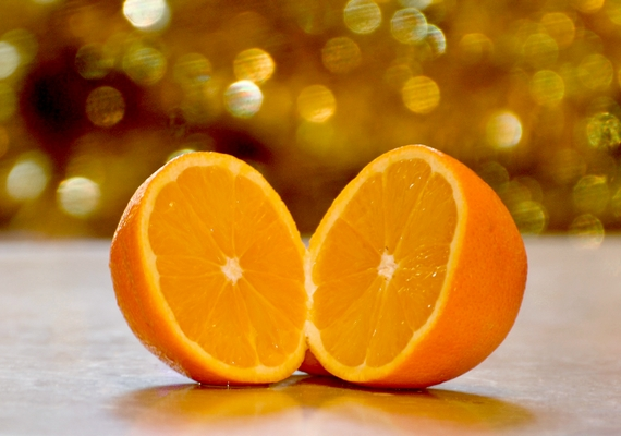 Talán nem is gondolnád, de a C-vitamin a haj egészségéért is felelős. Egyél sok narancsot, ami télen a legjobb természetes forrása!