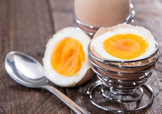 A tojás nemcsak remek E-vitamin-forrás, de magas fehérjetartalma miatt a hajhullást is megállítja.