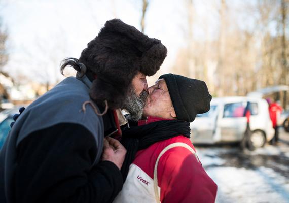 Zsolt a Periféria Egyesület ételosztása után búcsúzóul megcsókolja a párját. Megható látni, hogy mennyire ragaszkodnak egymáshoz.