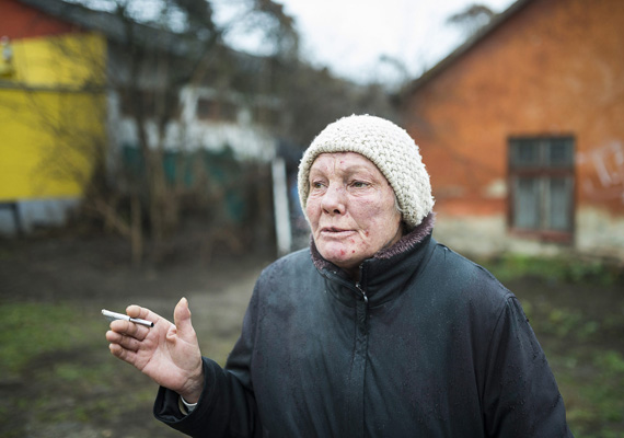 Ez a fotó a lakóhelyük előtt készült Ács Ferencnéről. A nő arcán nyomot hagytak a megpróbáltatások.