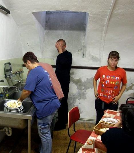 Készülődés  Ünnepi készülődés a női menedékhelyen. A szálló 15. születésnapját ünnepelték.