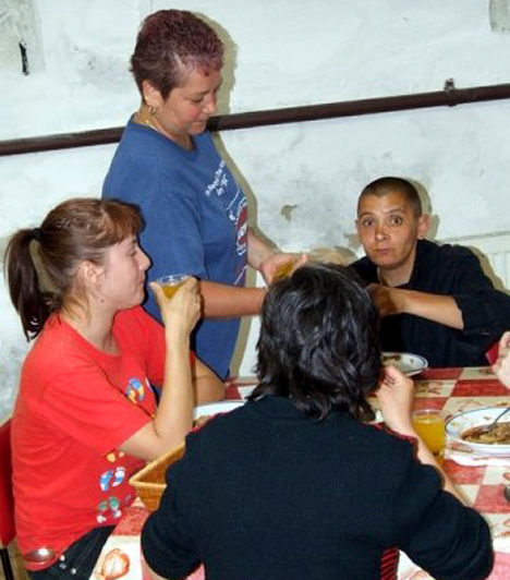 Hajléktalan nők  A kívülálló számára felfoghatatlan, mennyire nehéz a hajléktalan nők élete. Gyakran ütik-verik őket, és sokszor a testüket kell adniuk, ha életben akarnak maradni az utcán.  Teljes biztonságra csak a szállókon és a menedékhelyeken számíthatnak. Képgalériánkban a Rés Alapítvány Női Éjjeli Menedékhelyét és a szálló 15. születésnapjának ünnepi vacsoráját követheted végig. Vigyázat, megrázó képek következnek!