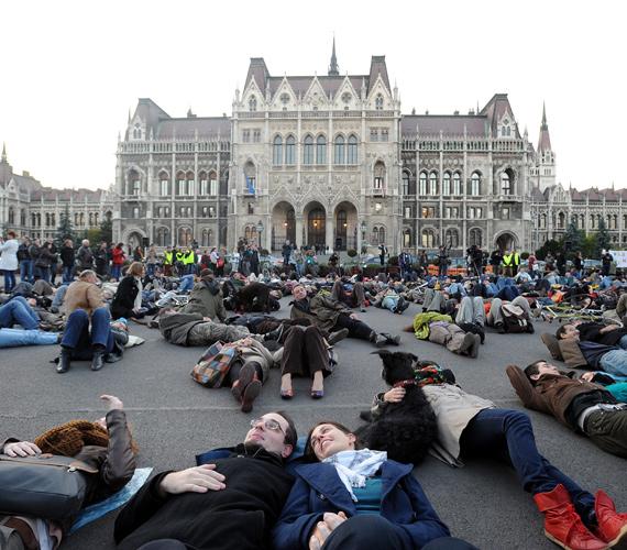 Tüntetők fekszenek a Kossuth téren. Így lettek pár percre hajléktalanok.