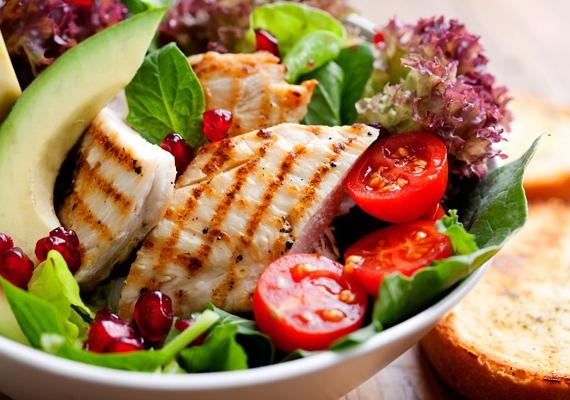 A kiegyensúlyozott táplálkozás nemcsak a test egészsége miatt fontos, de a haj állapotán is sokat javít. Nézd meg, mely ételek serkentik a hajnövekedést!
