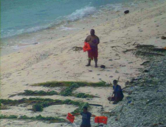 Amikor a repülőgép leszállt, a legénység három férfit talált a szigeten, akik egy nem várt vihar miatt hajótörést szenvedtek, majd két mérföldet úsztak a legközelebbi partig, ahol pálmalevelekből kirakták a HELP szót.