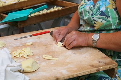 Tésztát készítő asszony Bariban