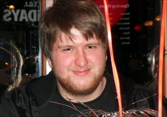 Az angol Chris Staniforth megszakítás nélkül 12 órán át játszott a Halo: Reach nevű sci-fi játékkal. A változatlan póz miatt a lábában vérrög képződött, ami a tüdejébe került, és megölte a 20 éves fiút.