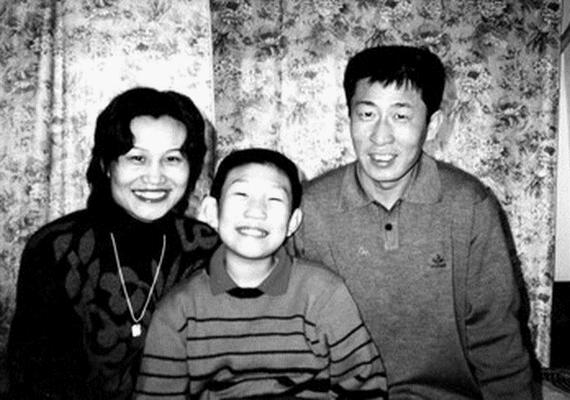 Mindössze 13 éves volt a kínai Xaio Yi, amikor öngyilkos lett, mert meggyőződése volt, hogy ha így tesz, egyesül az online barátaival, akiket a World of Warcraft nevű játékban ismert meg. Búcsúlevélként négy feljegyzést hagyott, melyeket négy játékbéli karaktere szemszögéből írt meg, majd kiugrott egy 24 emeletes épületből.