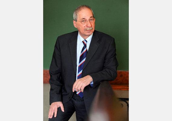 Verók István szocialista politikus Terézváros polgármestere volt. 2012 szeptemberében rövid betegség után hunyt el.