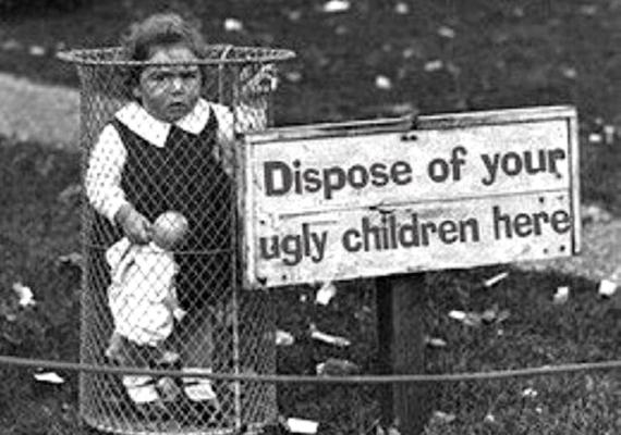 - Ide dobd ki a csúnya gyerekedet - hirdeti a tábla, ami a valóságban csak egy Fűre lépni tilos felirat, a kislány viszont tényleg a kukában van. A hamisítvány annyira népszerű lett, hogy az eredeti fotót már szinte lehetetlen megtalálni, csak egy-két példányban van fent az interneten, mint például itt.